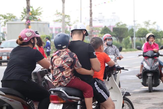 Công viên nước Thanh Hà tạm dừng hoạt động sau sự cố bé trai đuối nước, nhiều gia đình từ xa đến đành quay về - Ảnh 5.
