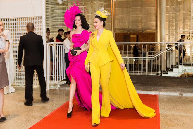 Thảm đỏ lố nhất Việt Nam: Nếu Phương Khánh là đóa hoa thì Jolie Nguyễn chính là giấy gói quà, riêng Nam Em quên... mặc quần - Ảnh 3.