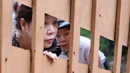 Gần 900.000 thí sinh bắt đầu làm bài Ngữ văn dài 2 tiếng, bố mẹ vẫn nán lại trước cổng trường, lo lắng chờ con thi