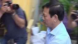 Nguyễn Hữu Linh cố né ống kính phóng viên, nhanh chóng vào nhà vệ sinh khi đến tòa vụ dâm ô bé gái