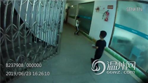 Bắt gặp bé trai 4 tuổi đi lang thang trên đường, cảnh sát hỏi ra mới biết câu chuyện đằng sau đáng khen về đứa trẻ - Ảnh 2.