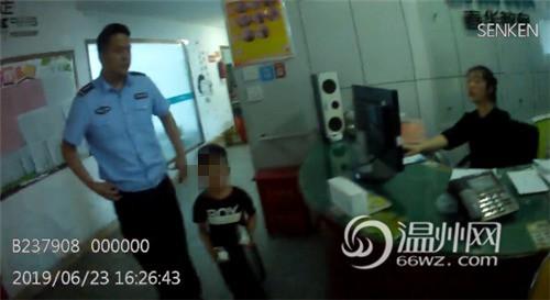 Bắt gặp bé trai 4 tuổi đi lang thang trên đường, cảnh sát hỏi ra mới biết câu chuyện đằng sau đáng khen về đứa trẻ - Ảnh 3.