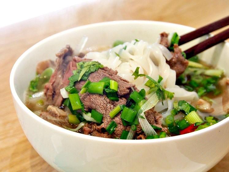 Tình hình ẩm thực Việt ở Malaysia: phải bỏ các món thịt lợn, phở có thời chẳng ai thèm - Ảnh 1.