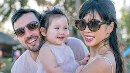 """Con gái 1 tuổi của siêu mẫu Hà Anh phản ứng bất ngờ khi thấy cảnh """"nóng"""" của ba mẹ"""