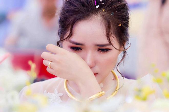 Xúc động hình ảnh cô dâu Nghệ An khóc nức nở, ôm chặt người thân trong ngày về nhà chồng - Ảnh 1.