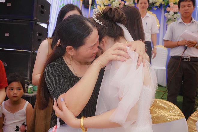 Xúc động hình ảnh cô dâu Nghệ An khóc nức nở, ôm chặt người thân trong ngày về nhà chồng - Ảnh 4.