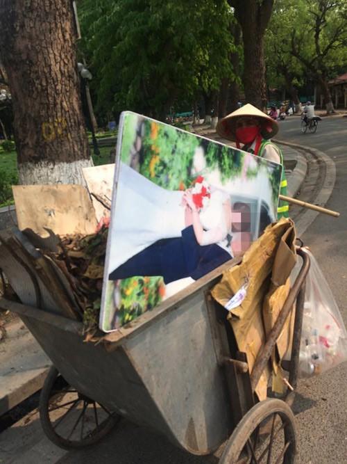 Nhìn 2 bức ảnh cưới đặt cạnh nhau giữa nơi tập kết rác mà bao người đượm buồn - Ảnh 2.