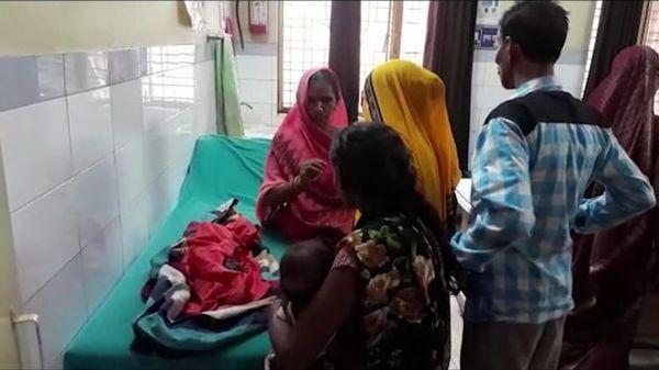 Bé gái sơ sinh chào đời với 3 đầu ở Ấn Độ do dị tật - Ảnh 2.