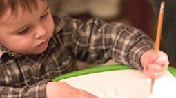 Làm gì khi trẻ thuận tay trái?