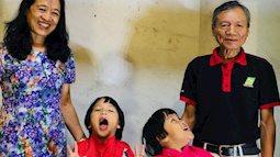 Vợ chồng nữ bác sĩ hiếm muộn U70 hạnh phúc chăm hai con gái sinh đôi