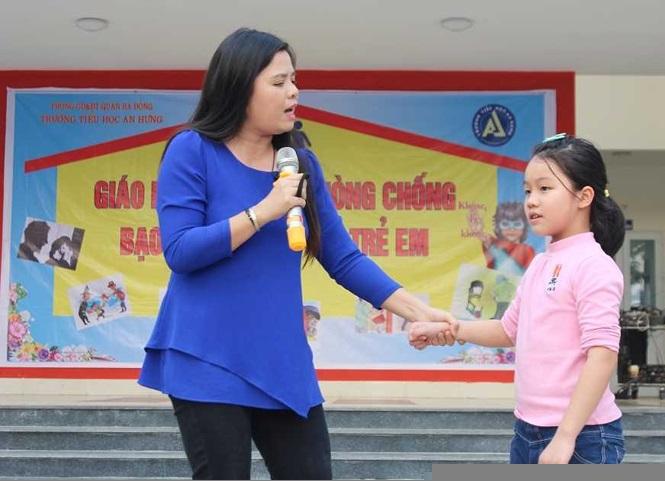 TS Vũ Thu Hương chia sẻ những kỹ năng phòng chống bạo lực và xâm hại trẻ em (tại trường Tiểu học An Hưng - Hà Nội).