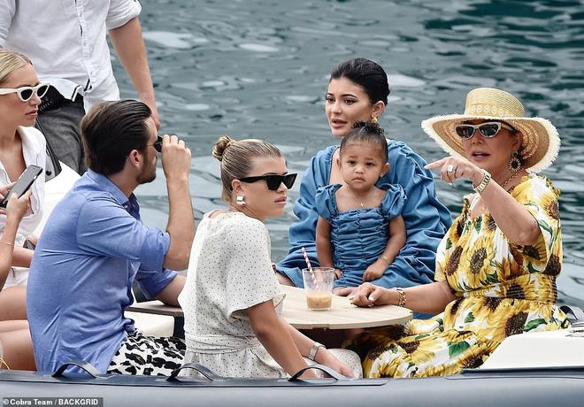 Mẹ con Kylie Jenner diện đồ đôi: Mẹ ngồn ngộn body đồng hồ cát, Stormi chiếm spotlight vì ra dáng công chúa Hollywood - Ảnh 4.