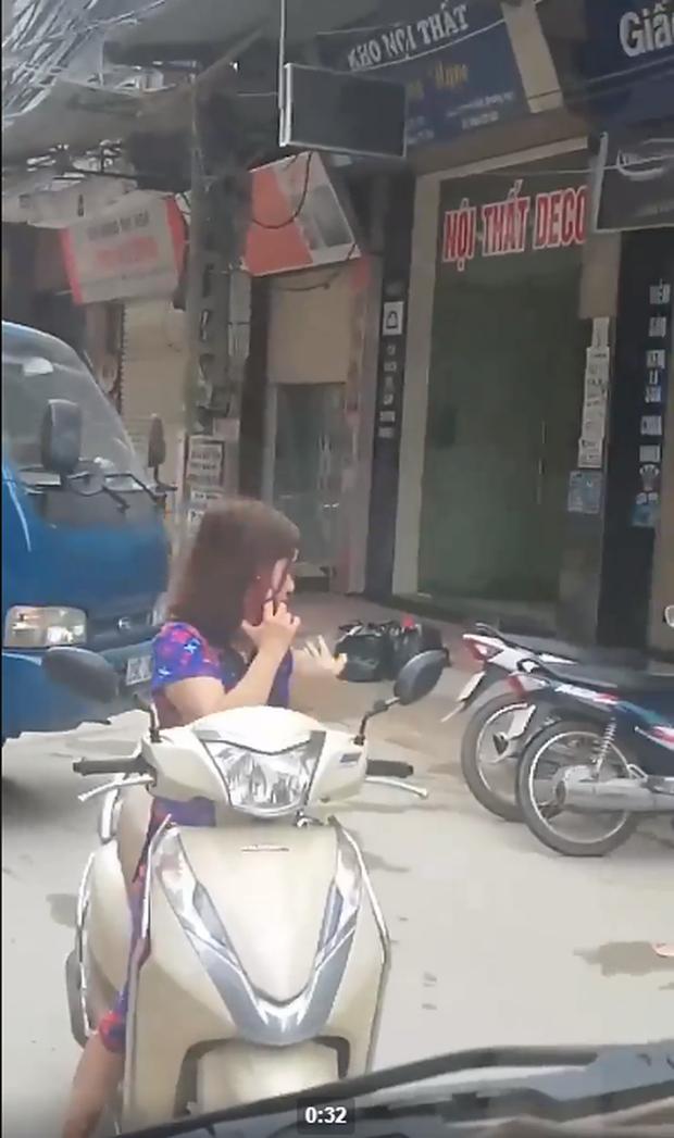 Thót tim nữ ninja đi băng băng trên đường Hà Nội, 1 tay lái xe máy, 1 tay... bồng con nhỏ - Ảnh 5.