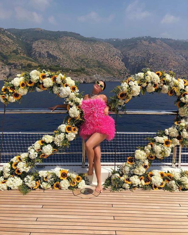 Đốt 35 tỷ vì sinh nhật chỉ có thể là tỷ phú Kylie Jenner: Kỳ nghỉ 1 tuần ở du thuyền 6000 tỷ được thuê đứt có gì mà hot thế? - Ảnh 1.