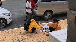 Cay mắt cảnh mẹ và con trai ngồi ăn cơm ngay giữa sân trường trong ngày đưa con đi nhập học
