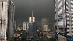 Hà Nội đầu giờ chiều trời tối mịt mù, mưa lớn, khắp nơi ngập úng