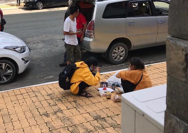 Bữa cơm giữa sân trường của người mẹ nghèo và cô sinh viên năm nhất - Ảnh 1.