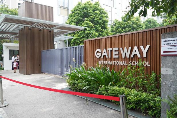 Người đưa đón trẻ trường Gateway chỉ rõ điểm bất thường về chiếc rèm, quả bóng bay và màu áo của cháu bé 6 tuổi tử vong trên ô tô - Ảnh 3.