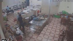 Camera ghi cảnh cô gái phụ bếp bị tạt ca axit vào mặt khi đang làm việc