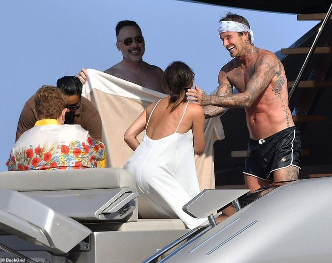 David Beckham không thể ngừng âu yếm vợ và chơi đùa với các con, gia đình hạnh phúc số 1 Hollywood là đây chứ đâu? - Ảnh 3.