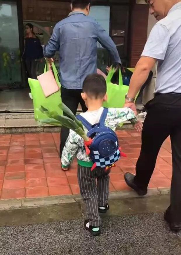 Bỏ 1 thứ vào balo trong ngày đầu tiên cháu trai đến trường, ông nội khiến dân mạng bái phục vì độ thâm sâu - Ảnh 3.