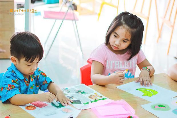 Muốn con bằng bạn bằng bè, mẹ không ngần ngại ép con 7 tuổi đi học thêm từ 7 giờ sáng, ăn mỳ cho kịp 4 ca học một ngày - Ảnh 3.