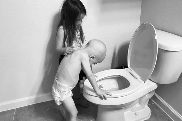 Bức ảnh tưởng đơn giản nhưng chạm đến hàng triệu trái tim: Bé gái chăm sóc em trai mắc bệnh hiểm nghèo dù chỉ hơn em 14 tháng tuổi - Ảnh 1.