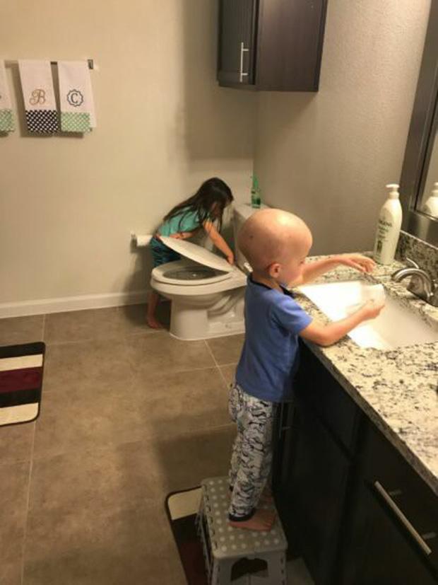 Bức ảnh tưởng đơn giản nhưng chạm đến hàng triệu trái tim: Bé gái chăm sóc em trai mắc bệnh hiểm nghèo dù chỉ hơn em 14 tháng tuổi - Ảnh 2.