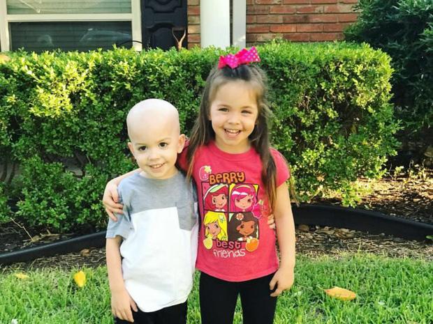 Bức ảnh tưởng đơn giản nhưng chạm đến hàng triệu trái tim: Bé gái chăm sóc em trai mắc bệnh hiểm nghèo dù chỉ hơn em 14 tháng tuổi - Ảnh 3.