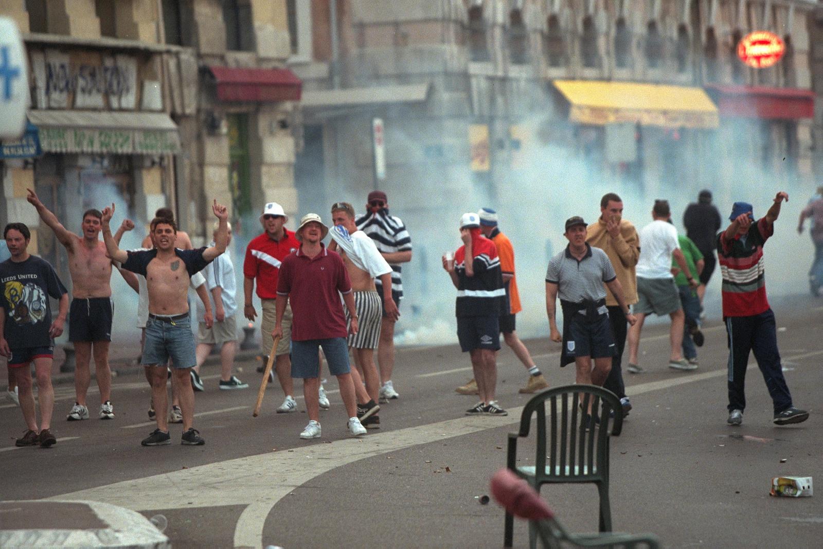 Trước vụ nữ CĐV bị bỏng do pháo, thế giới từng chứng kiến thảm kịch tồi tệ do đám đông