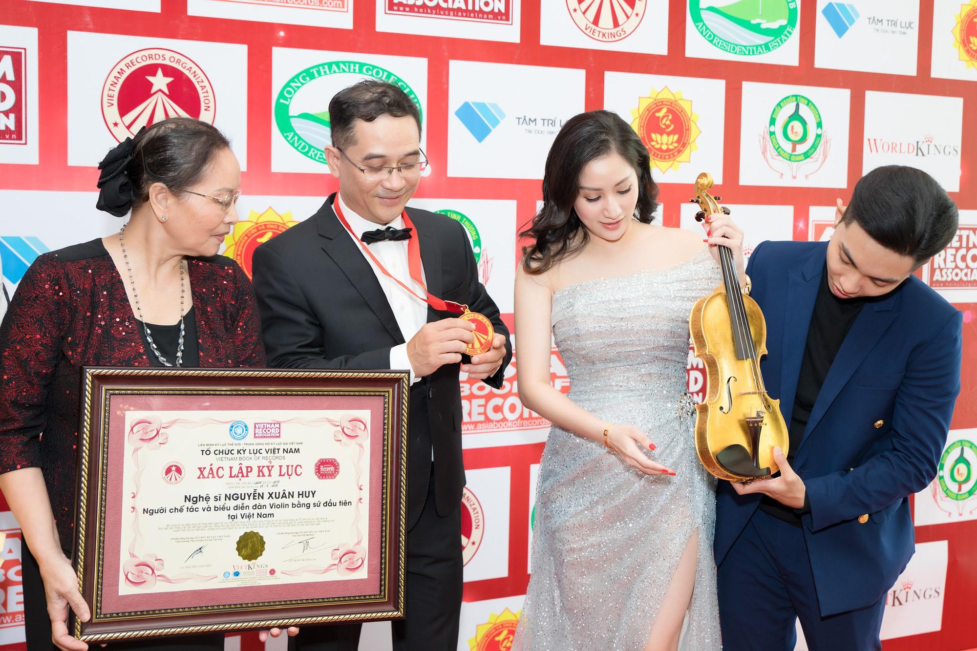 Vợ chồng Khánh Thi bên mẹ và anh trai