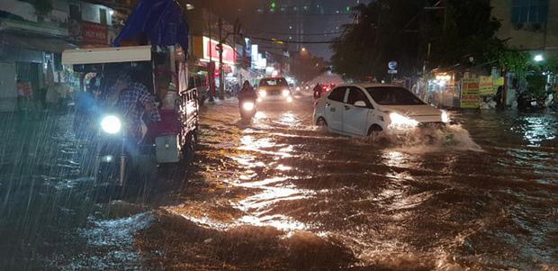 Đường Sài Gòn có siêu máy bơm chống ngập nhưng vẫn mênh mông nước khi mưa lớn vào đêm cuối tuần - Ảnh 9.