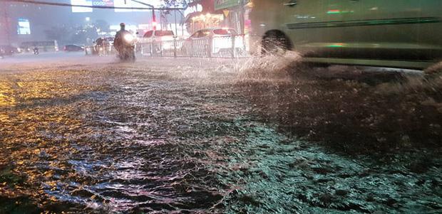 Đường Sài Gòn có siêu máy bơm chống ngập nhưng vẫn mênh mông nước khi mưa lớn vào đêm cuối tuần - Ảnh 8.