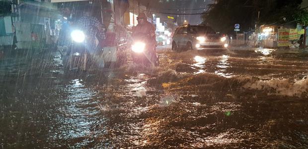 Đường Sài Gòn có siêu máy bơm chống ngập nhưng vẫn mênh mông nước khi mưa lớn vào đêm cuối tuần - Ảnh 7.