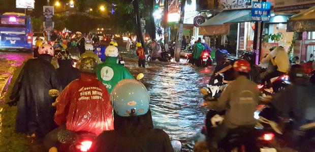 Đường Sài Gòn có siêu máy bơm chống ngập nhưng vẫn mênh mông nước khi mưa lớn vào đêm cuối tuần - Ảnh 6.