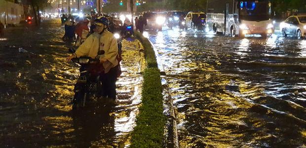Đường Sài Gòn có siêu máy bơm chống ngập nhưng vẫn mênh mông nước khi mưa lớn vào đêm cuối tuần - Ảnh 5.