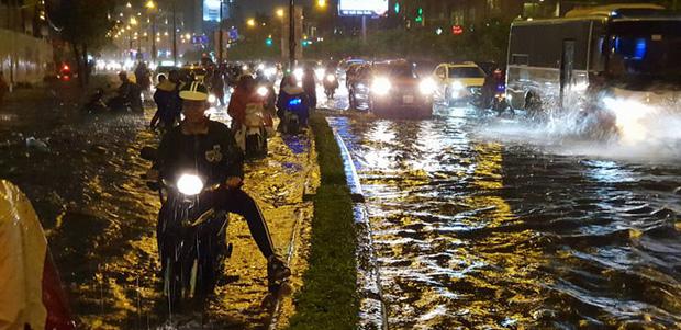 Đường Sài Gòn có siêu máy bơm chống ngập nhưng vẫn mênh mông nước khi mưa lớn vào đêm cuối tuần - Ảnh 4.