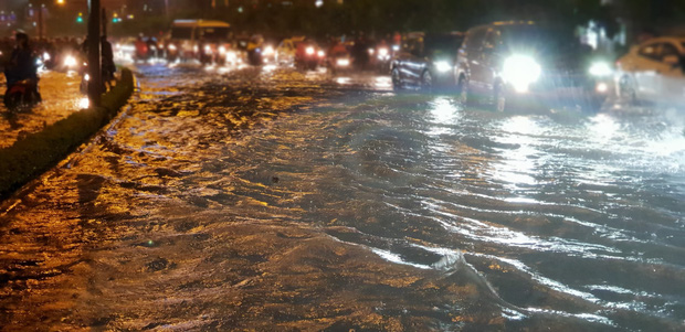 Đường Sài Gòn có siêu máy bơm chống ngập nhưng vẫn mênh mông nước khi mưa lớn vào đêm cuối tuần - Ảnh 3.