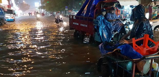Đường Sài Gòn có siêu máy bơm chống ngập nhưng vẫn mênh mông nước khi mưa lớn vào đêm cuối tuần - Ảnh 2.
