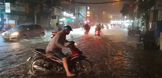 Đường Sài Gòn có siêu máy bơm chống ngập nhưng vẫn mênh mông nước khi mưa lớn vào đêm cuối tuần - Ảnh 1.