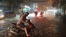"""Dù có """"siêu"""" máy bơm chống ngập nhưng đường Sài Gòn vẫn mênh mông nước sau cơn mưa lớn"""