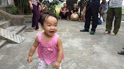"""Bé gái xinh xắn bị mẹ bỏ ở chùa để """"đi lấy chồng"""" giờ ai nuôi?"""