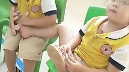 Cô giáo gửi ảnh con vui chơi với các bạn ở trường mẫu giáo, mẹ hoang mang phát hiện điều bất thường
