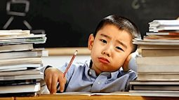 """Thấy con phải làm 22 trang bài tập về nhà, bố có cách xử lý không thể """"ngầu"""" hơn"""