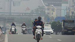 """TP.HCM từ sáng đến chiều """"mịt mù khói sương"""", người dân đeo khẩu trang, trùm kín mít khi ra đường vì sợ ô nhiễm"""
