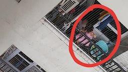 Hình ảnh 2 em bé leo lên ban công tầng 25, đu lưới 'an toàn' để đùa nghịch khiến dân mạng lo sợ