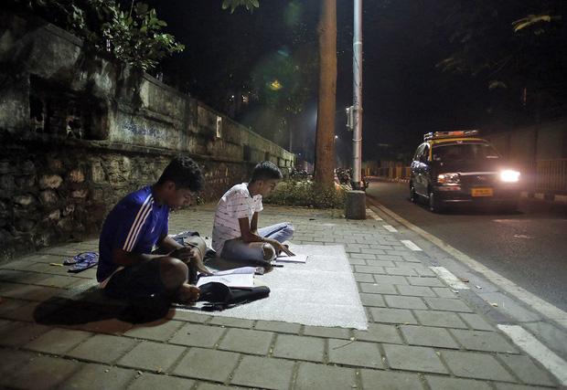 Lớp học ngoài đường ở Mumbai: Mảng tối tại thành phố thịnh vượng bậc nhất Ấn Độ và sự thích nghi đầy cảm phục của trẻ em nghèo hiếu học - Ảnh 4.