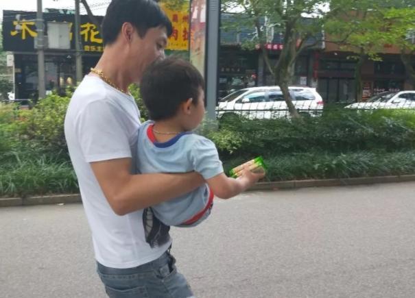 Kẻ bắt cóc gần như thành công khi ôm đứa trẻ 3 tuổi ra khỏi nhà, nhưng cậu bé thông minh nói 1 câu tự cứu được mình - Ảnh 1.