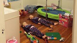 Quá mệt với hai đứa con tăng động quậy phá suốt ngày, người mẹ làm cách này khiến lũ trẻ nằm im, ai cũng nể phục