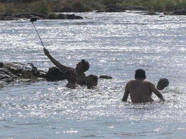 Selfie dưới sông, 4 thành viên trong gia đình thiệt mạng - Ảnh 1.